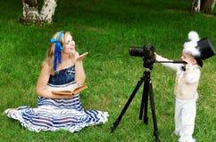 Alicia y conejo blanco foto de archivo libre de regalías