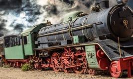 Alienerat fotografi av ångalokomotivet av Wadi Rum i Jordanien med en dramatisk bakgrund arkivfoto
