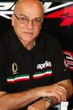 Aligi Deganello que trabaja en la fábrica 1000 de Aprilia RSV4 con Aprilia que compite con a Team Superbike WSBK Foto de archivo