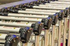 Aligné des chariots en métal à un aéroport moderne Photo stock