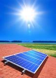 Alignement à cellules solaires sur le toit Images libres de droits