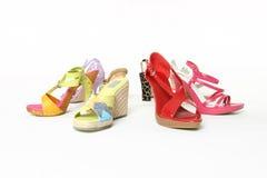 Alignement coloré de chaussures photos stock