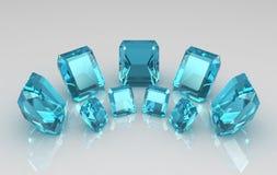 Alignement de pierres bleues d'aquamarine coupées par émeraude Photos stock
