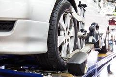 Alignement des roues d'automobile photo stock