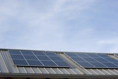 Alignement solaire sur le toit photo stock