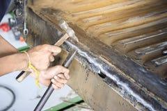 Alignez la voiture de corps en métal avec le marteau dans l'industrie automobile - b automatique Image stock