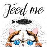Aliménteme, cartel tipográfico dibujado mano del vector con el gato lindo, amistoso, sonriente Imagen de archivo libre de regalías