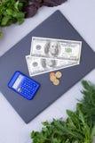 Aliment biologique, argent et calculatrice frais Photo libre de droits