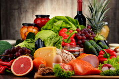 Aliment biologique comprenant la laiterie et la viande de pain de fruit de légumes photographie stock libre de droits