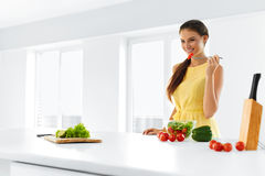 Aliment biologique Femme mangeant de la salade végétale Mode de vie sain, D photos libres de droits