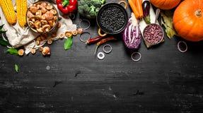 Aliment biologique Légumes frais avec des champignons et des haricots noirs photographie stock