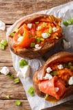 Aliment biologique : patate douce cuite au four bourrée des poissons rouges et du vert photos stock