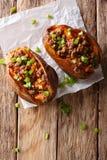 Aliment biologique : patate douce cuite au four bourrée du boeuf haché et du GR image stock
