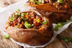 Aliment biologique : patate douce cuite au four bourrée du boeuf haché et du GR photo stock
