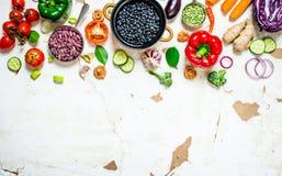 Aliment biologique sain Légumes crus frais avec des haricots et des lentilles Images stock