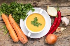 Aliment biologique Soupe aux pois avec des légumes sur le fond en bois images stock