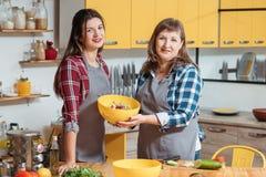 Aliment biologique végétarien de cuisine de loisirs de famille photos libres de droits