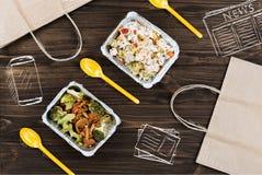 Aliment cuits se tenant sur la table en bois Images libres de droits