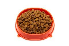 Aliment pour animaux familiers sec dans une cuvette sur un fond blanc image libre de droits