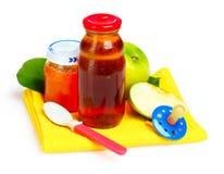 Aliment pour bébé, pacificateur et fruits Photographie stock libre de droits