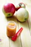 Aliment pour bébé - pomme Images libres de droits