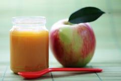 Aliment pour bébé - pomme Photos libres de droits