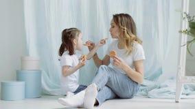 Alimentação da mamã e da menina cookies vídeos de arquivo