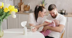 Alimentação dos pais recém-nascida com fórmula em uma garrafa video estoque