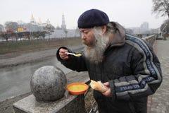 Alimentação dos sem abrigo Imagens de Stock