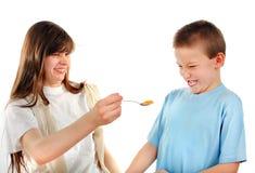 Alimentación de la hermana pequeño Brother Imagen de archivo