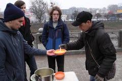 Alimentación de los desamparados Imagenes de archivo
