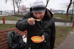 Alimentación de los desamparados Fotos de archivo
