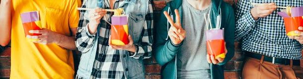 Alimentación para llevar del hábito del almuerzo de Millennials imagen de archivo libre de regalías