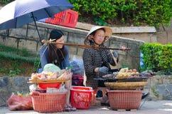 Alimentación rápida en Vietnam - verduras asadas a la parrilla Fotos de archivo