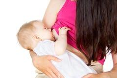 Alimentaciones de la leche de madre a través del pecho fotos de archivo libres de regalías