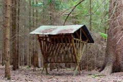 Alimentador com o telhado para cervos de ovas foto de stock