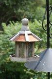 Alimentador de la casa del pájaro en verano Imagen de archivo