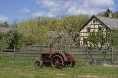 Alimentador de la vendimia en una granja vieja Imagenes de archivo