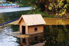 Alimentador de madeira dos pássaros no parque do outono Foto de Stock Royalty Free