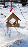 Alimentador de madeira para pássaros com um anel Foto de Stock Royalty Free