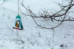 Alimentador del pájaro de la ejecución hecho a mano de la caja de papel de dulces de los niños después de la lección de la amabil Fotografía de archivo libre de regalías