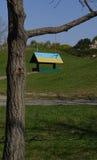 Alimentador del pájaro, pintado en amarillo-azul en el jardín botánico, Ukr Imagenes de archivo