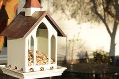 Alimentador del pájaro que cuelga en un crespón Myrtle fotografía de archivo libre de regalías