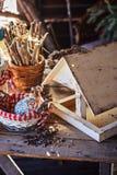 Alimentador del pájaro con las semillas en casa de campo en primavera Foto de archivo
