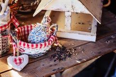 Alimentador del pájaro con las semillas en casa de campo en primavera Imagen de archivo libre de regalías
