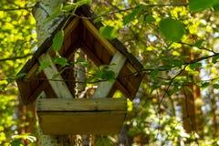 Alimentador do pássaro em uma árvore em um parque na cidade imagens de stock