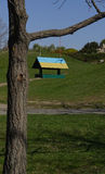 Alimentador do pássaro, pintado em amarelo-azul no jardim botânico, Ukr Imagens de Stock