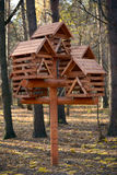 Alimentador dos esquilos e dos pássaros Fotos de Stock