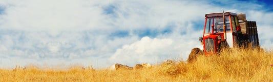 Alimentador en un campo (bandera) imagen de archivo libre de regalías