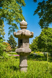 Alimentador japonês do pássaro no jardim Fotos de Stock Royalty Free